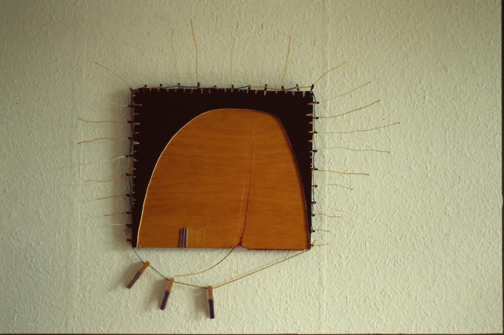 "WVZ 2-1-85, Holz, Draht, Acryl, Kordel, Wäscheklammern, ""Geburt der Sonne"", 1985, 68 x 67"