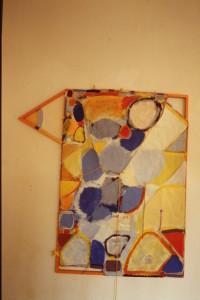 """WVZ 2-8-85, Acryl auf Packpapier, Holz, Schnur, """"Vogeldrachen"""", 1985, 117 x 125"""