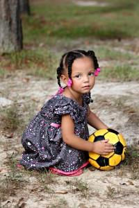 Kind, gelber Ball