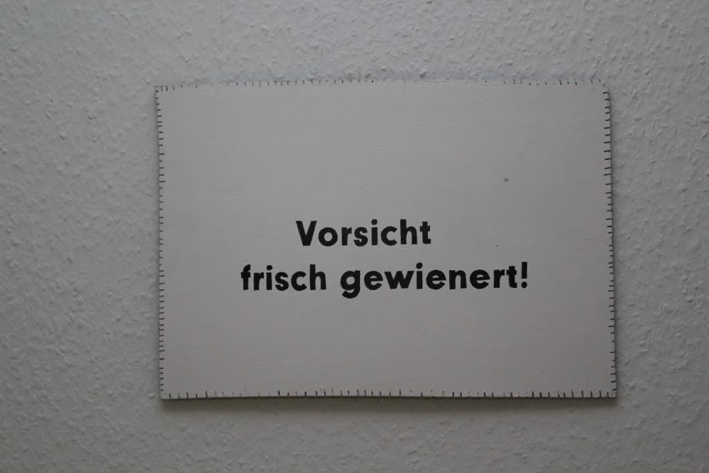 """WVZ 1-7-18, Acryl, Faserstift auf Sperrholz, """"Objekt: """"Vorsicht frisch gewienert!"""", 2018, 38 X 26,5"""