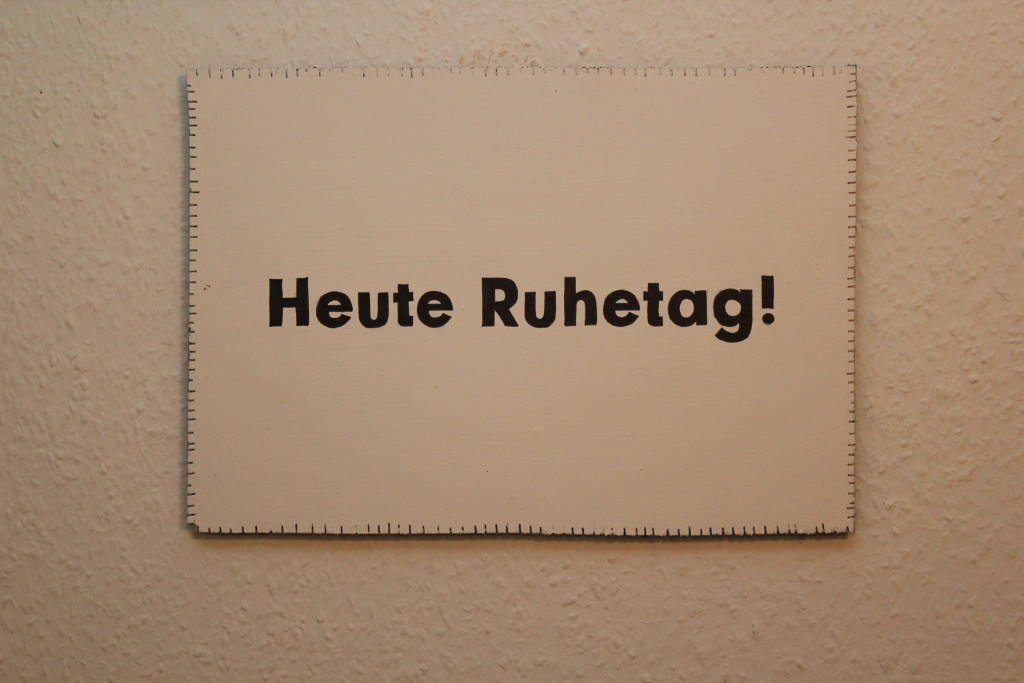 "WVZ 5-11-18, Acryl, Faserstift auf Sperrholz, ""Objekt: ""Heute Ruhetag!"", 2018, 38 x 26,5"