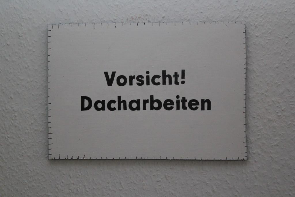 """WVZ 8-12-18, Acryl, Faserstift auf Sperrholz, """"Objekt: """"Vorsicht Dacharbeiten""""!, 2018, 38 x 26,5"""